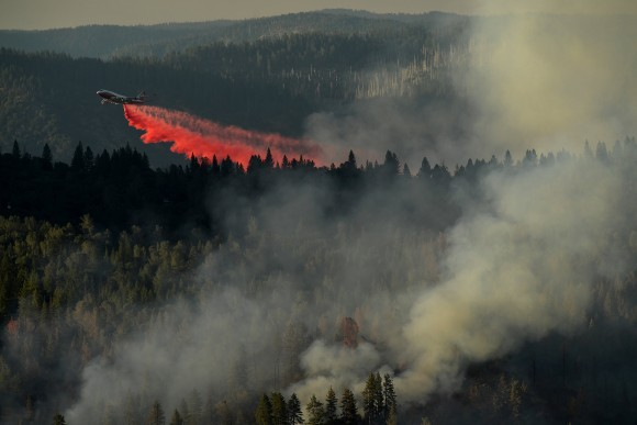 A 747 SuperTanker drops retardant while battling the Ponderosa Fire east of Oroville, California, U.S. August 30, 2017.   (REUTERS/Noah Berger)