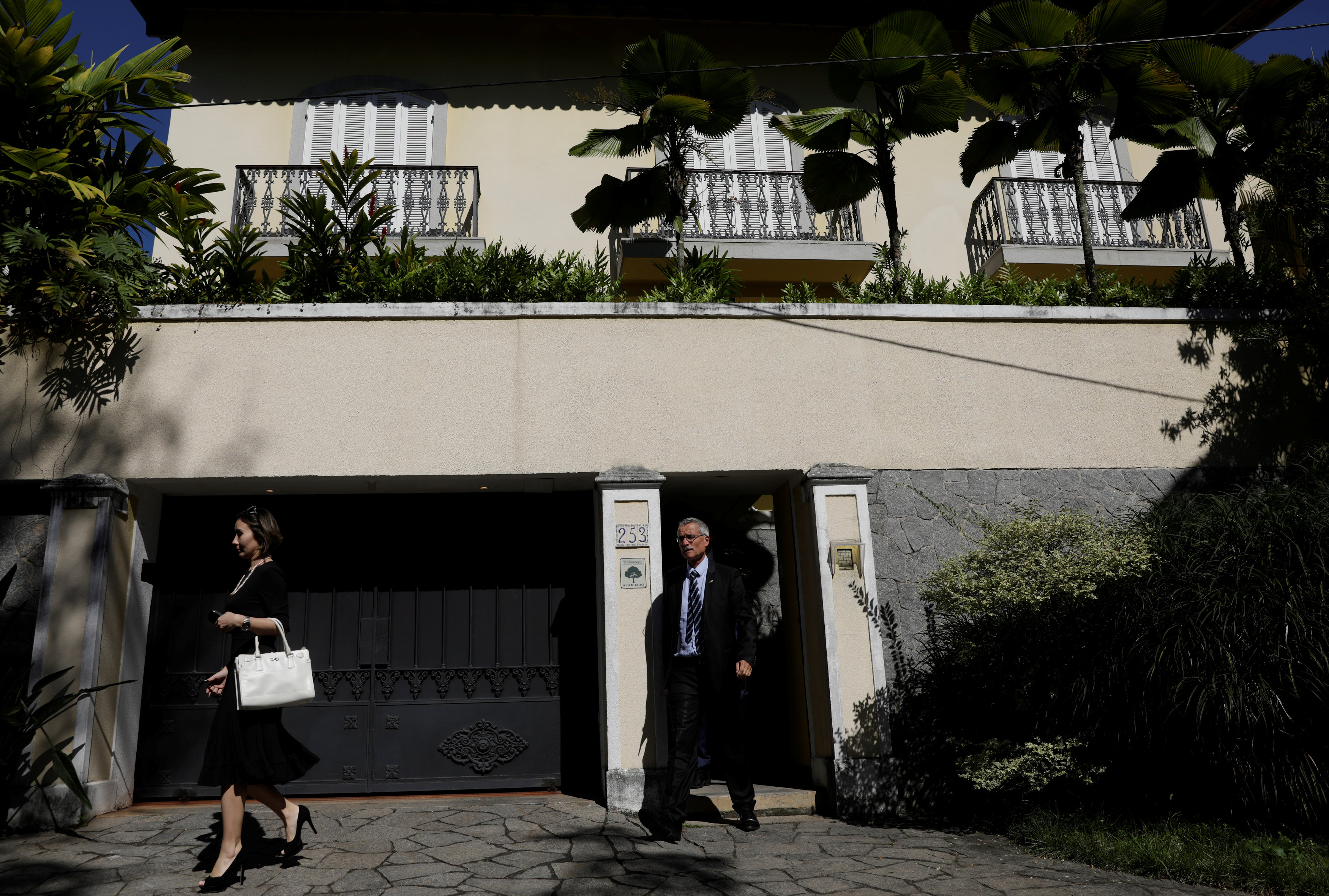 French judge Renaud van Ruymbeke (C) leaves the house of Brazilian Olympic Committee (COB) President Carlos Arthur Nuzman during an search operation in Rio de Janeiro, Brazil on Sept. 5, 2017. (REUTERS/Ricardo Moraes)