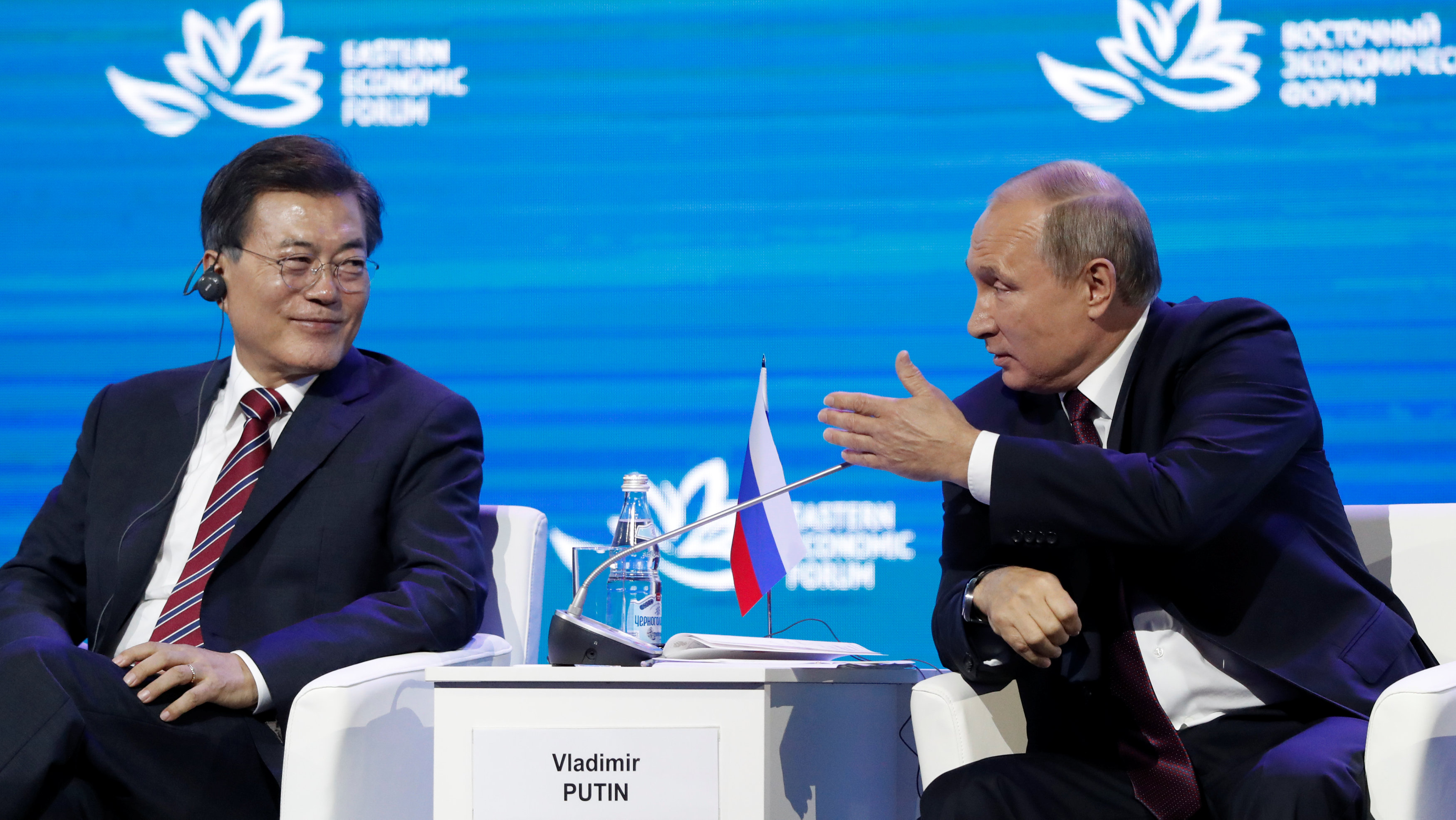 Russian President Vladimir Putin and his South Korean counterpart Moon Jae-in attend a session of the Eastern Economic Forum in Vladivostok, Russia on Sept. 7, 2017. (REUTERS/Sergei Karpukhin)
