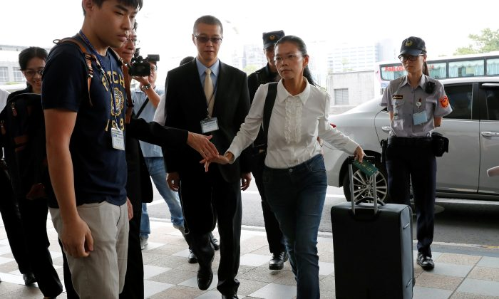 Lee Ching-yu, wife of Taiwan human rights advocate Lee Ming-che, also known as Li Ming-Che, who has been detained in China, departs for her husband's trial from the airport in Taipei, Taiwan on September 10, 2017. (REUTERS/Tyrone Siu)