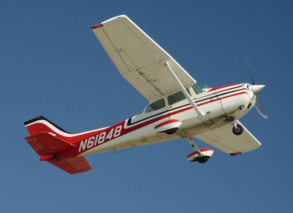 Cessna 172 single engine aircraft after becoming airborne March 30, 2002, at Catalina Island airport, California. (P. Alejandro Díaz/Intersofia/Public Domain)