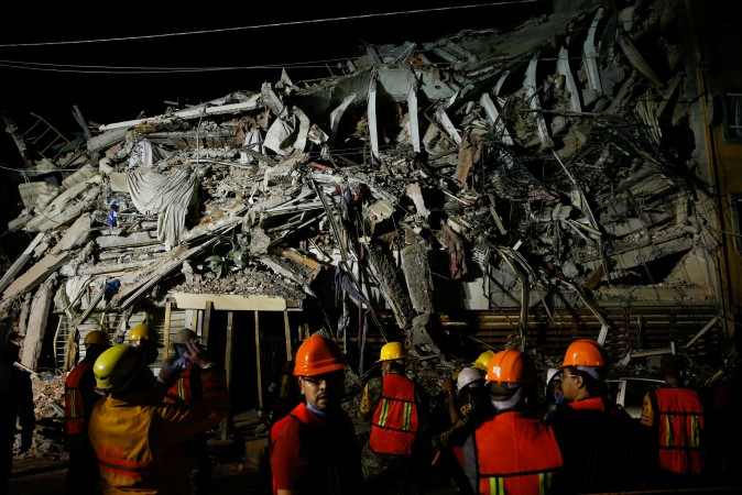 Rescuers work at the site of a collapsed building after an earthquake in Mexico City, Mexico September 20, 2017. (Reuters/Henry Romero)