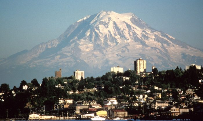 Mount Rainer seen over Tacoma, Wash. on Aug. 20, 1984. (Lyn Topinka/USGS)