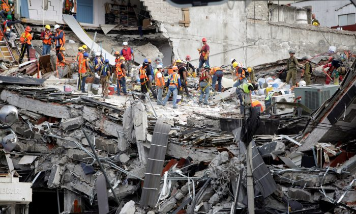 Members of rescue teams continue to search for people under the rubble of a collapsed building, after an earthquake, in Mexico City, Mexico September 23, 2017.  (Reuters/Jose Luis Gonzalez)