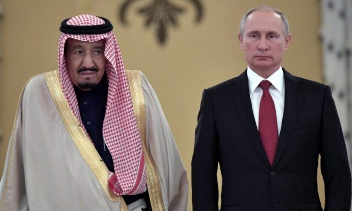 Russian President Vladimir Putin (R) and Saudi Arabia's King Salman attend a welcoming ceremony ahead of their talks in the Kremlin in Moscow, Russia October 5, 2017. (Sputnik/Alexei Nikolsky/Kremlin via REUTERS)