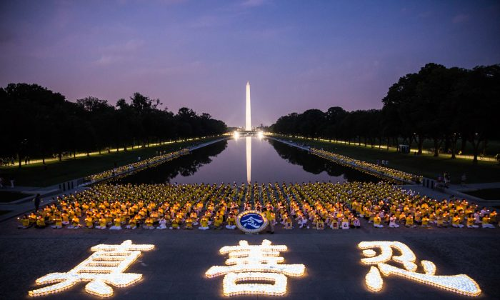 Hundreds of Falun Gong practitioners hold a candlelight vigil at the Lincoln Memorial in Washington on July 20, 2017, to honor those who have died during the persecution in China since July 20, 1999. (Benjamin Chasteen/The Epoch Times)