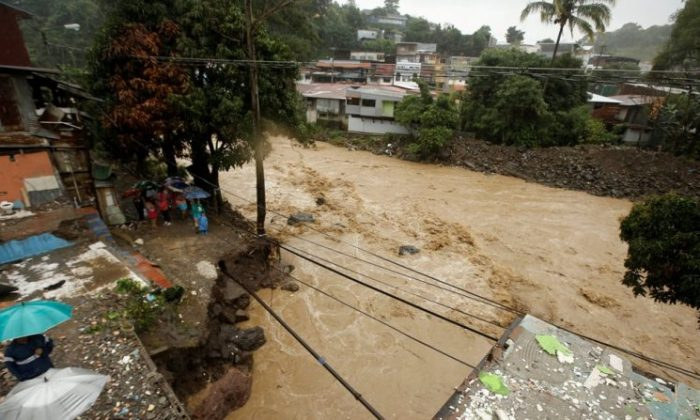 People in a neighborhood are evacuated due to the danger of a mudslide during heavy rains by Tropical Storm Nate in Alajuelita, Costa Rica October 5, 2017. (REUTERS/Juan Carlos Ulate)