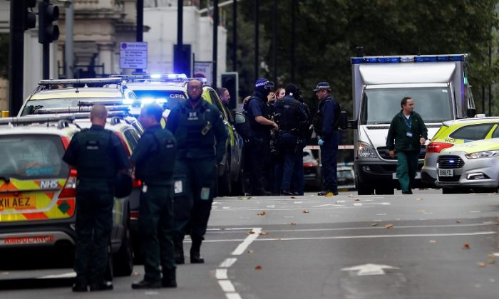 Police officers stand in the road near the Natural History Museum, after a car mounted the pavement injuring a number of pedestrians, police said, in London, Britain on Oct. 7, 2017. (REUTERS/Peter Nicholls)