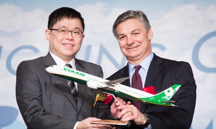 Chang Kuo-wei (L), then Chairman of Taiwan's Eva Air, receives a Boeing 787 model plane from Ray Conner (R), President and CEO of Boeing, during a signing ceremony in Taipei on Nov. 24, 2015. Chang Kuo-wei was ousted from EVA Air in 2016 and is now building a new StarLux Airlines to be Taiwan's third major airline. (Po-Chou Chen/The Epoch Times)