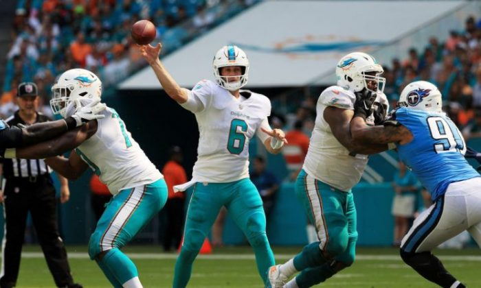 Jay Cutler #6 of the Miami Dolphins passes against the Tennessee Titans in the third quarter at Hard Rock Stadium in Miami Gardens, Fla., on Oct. 8, 2017.  (Mike Ehrmann/Getty Images)