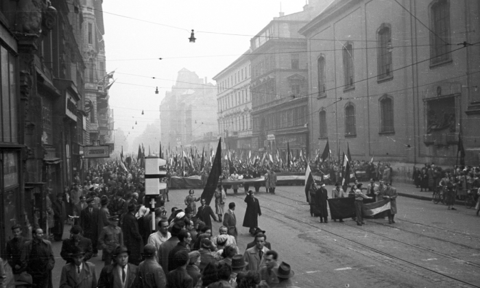 People march in the streets of Budapest during the Hungarian uprising against communism in 1956. (FOTO:FORTEPAN / Nagy Gyula via Wikimedia Commons)
