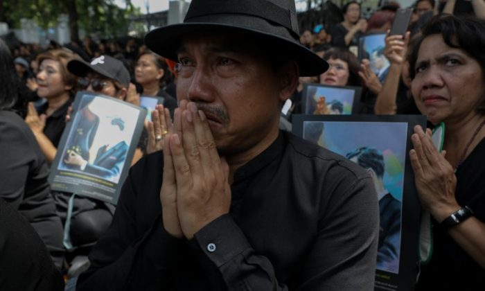 Well-wishers pay their respect during a funeral rehearsal for the late King Bhumibol Adulyadej near the Grand Palace in Bangkok in Bangkok, Thailand, October 7, 2017.  (REUTERS/Athit Perawongmetha)
