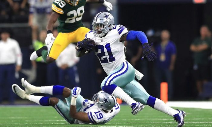 Ezekiel Elliott #21 of the Dallas Cowboys runs the ball in the fourth quarter against the Green Bay Packers at AT&T Stadium in Arlington, Texas, on Oct. 8, 2017. (Ronald Martinez/Getty Images)