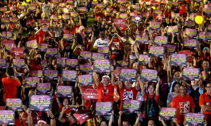 """People hold placards reading """"Love Malaysia, End Kleptocracy"""" during an anti-kleptocracy rally in Petaling Jaya, near Kuala Lumpur, Malaysia on Oct. 14, 2017. (REUTERS/Lai Seng Sin)"""