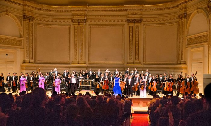 Shen Yun Symphony Orchestra is given a standing ovation at Carnegie Hall, New York City, on Oct.14, 2017. (Larry Dye/The Epoch Times)