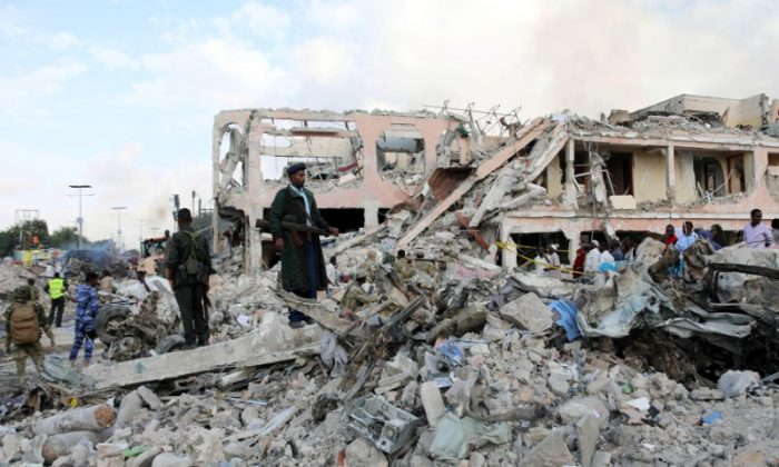Somali government forces secure the scene of an explosion in KM4 street in the Hodan district of Mogadishu, Somalia on Oct. 15, 2017. (REUTERS/Feisal Omar)