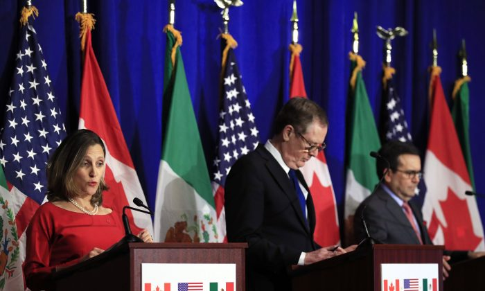 (L-R) Foreign Affairs Minister Chrystia Freeland, U.S. Trade Representative Robert Lighthizer, and Mexico's Secretary of Economy Ildefonso Guajardo Villarreal during a news conference in Washington on Oct. 17, 2017. (AP Photo/Manuel Balce Ceneta)