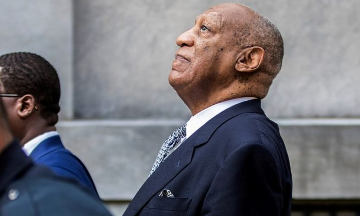 Bill Cosby leans back to listens to words of encouragement from onlookers outside Montgomery County Courthouse in Norristown, Pennsylvania, U.S. on Aug. 22, 2017. (REUTERS/Michael Bryant)