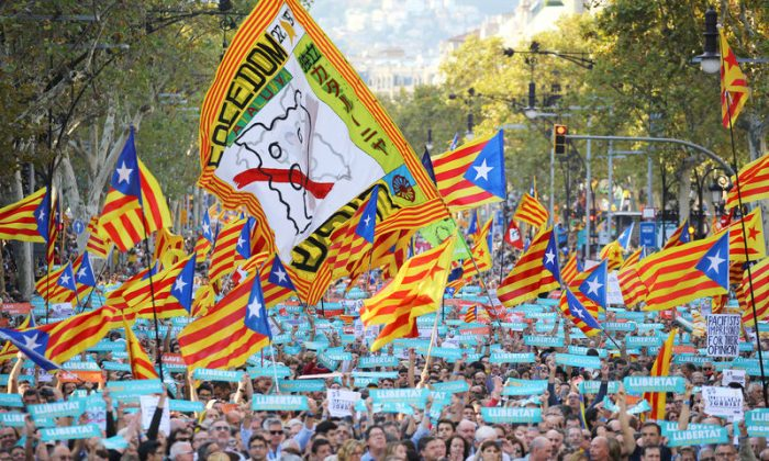 People wave separatist Catalan flags and placards during a demonstration organised by Catalan pro-independence movements ANC (Catalan National Assembly) and Omnium Cutural, following the imprisonment of their two leaders Jordi Sanchez and Jordi Cuixart, in Barcelona, Spain, Oct. 21, 2017. (REUTERS/Ivan Alvarado)