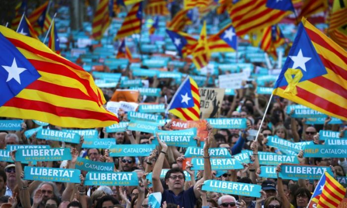 People wave separatisy Catalan flags and placards during a demonstration organised by Catalan pro-independence movements ANC (Catalan National Assembly) and Omnium Cutural, following the imprisonment of their two leaders Jordi Sanchez and Jordi Cuixart,  in Barcelona, Spain, October 21, 2017. (Reuters/Ivan Alvarado)