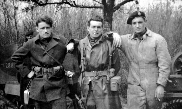(L-R) Bill Palfrey, fellow soldier Bill Caldwell, and Tom Palfrey on a training program in the south of England during the Second World War. (Courtesy of Ceri Peacey)
