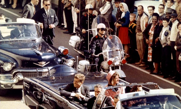 U.S. President John F. Kennedy, First Lady Jaqueline Kennedy and Texas Governor John Connally ride  in a liousine moments before Kennedy was assassinated, in Dallas, Texas Nov. 22, 1963. (Walt Cisco/Dallas Morning News/Handout/File Photo via REUTERS)
