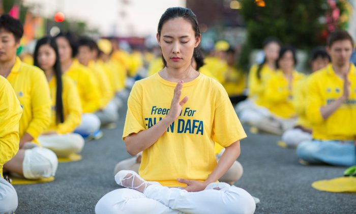 Hundreds of Falun Gong practitioners hold a candlelight vigil to commemorate victims of the persecution in China, in front of the Chinese Consulate in New York City on July 16, 2017. (Benjamin Chasteen/The Epoch Times)
