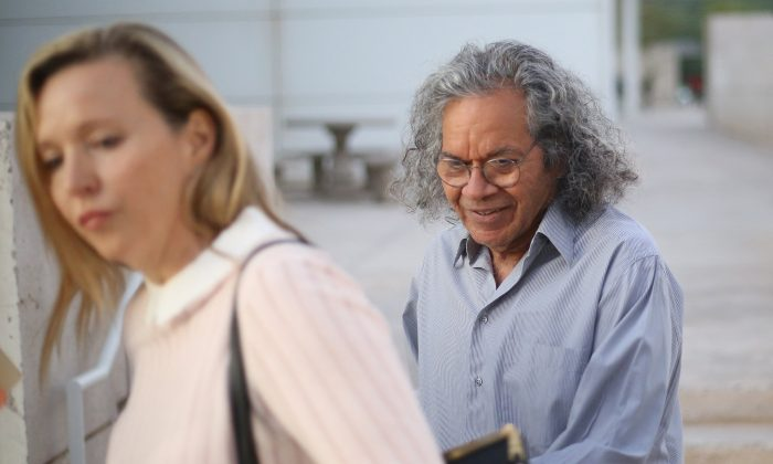 The billionaire founder of Insys Therapeutics Inc. John Kapoor, exits the federal court house with an unidentified woman after a bail hearing in Phoenix, Arizona , U.S., Oct. 27, 2017. (REUTERS/Conor Ralph)