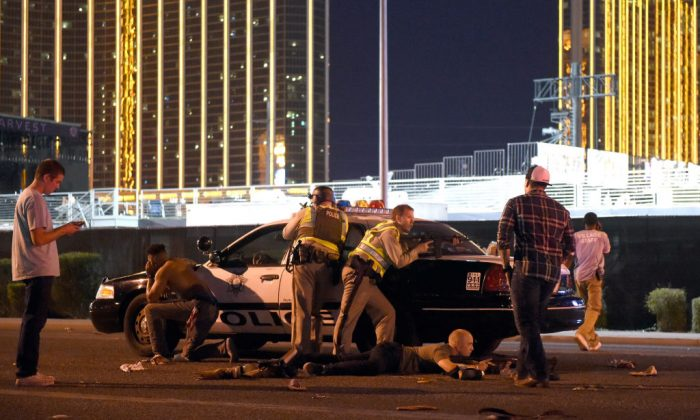 Las Vegas police and off-duty Orange County deputies join forces outside the festival grounds after an active shooter was reported in Las Vegas on Oct. 1, 2017. (Photo by David Becker/Getty Images)