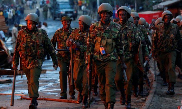Anti riot police are deployed to disperse rioters in Kawangware slums in Nairobi, Kenya October 27, 2017. (Reuters/Thomas Mukoya)