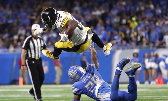 Ryan Shazier #50 of the Pittsburgh Steelers stops Dwayne Washington #36 of the Detroit Lions on the one yard line during the second half at Ford Field on Oct. 29, 2017, in Detroit, Michigan. (Leon Halip/Getty Images)
