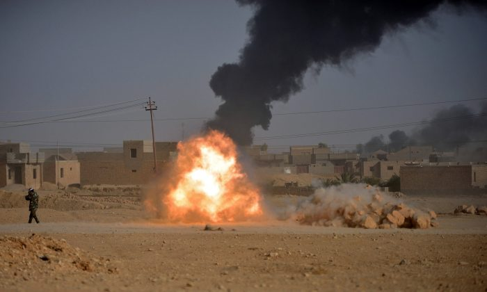 Shi'ite Popular Mobilization Forces (PMF) fighters fire a cannon against Islamic State militants in Al-Qaim, Iraq November 3, 2017. (Reuters/Stringer)