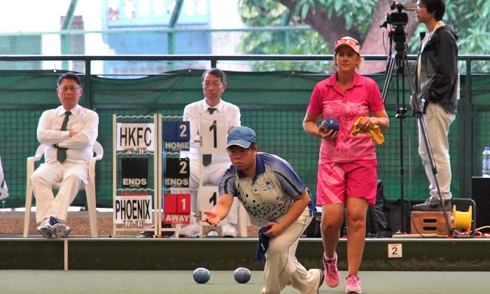 Hong Kong girl Vivian Yip on her way to winning the women's singles title at the Hong Kong International Bowls Classic last Sunday, Nov 12.  She defeated Julie Keegan from Australia 3:9, 9:6, 3:1 in the final.  (Mike Worth)
