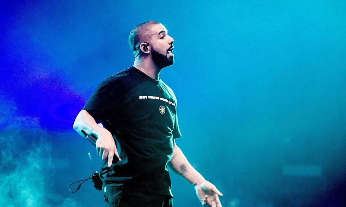 2017-01-28 22:27:03 US singer Drake performs on stage on January 28, 2017 at the Ziggo Dome in Amsterdam, as part of his Boy Meets World Tour. / AFP / ANP / Ferdy Damman / Netherlands OUT        (Photo credit should read FERDY DAMMAN/AFP/Getty Images)