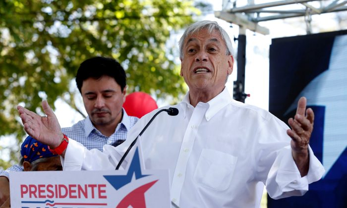 Chilean presidential candidate Sebastian Pinera speaks and takes part in a campaign rally in Santiago, Chile November 17, 2017. (Reuters/Rodrigo Garrido)