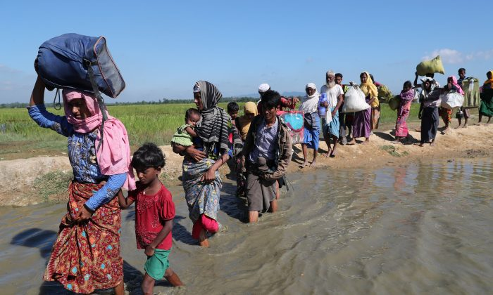 Rohingya refugees walk towards a refugee camp after crossing the border in Anjuman Para near Cox's Bazar, Bangladesh, Nov. 19, 2017. (Reuters/Mohammad Ponir Hossain)