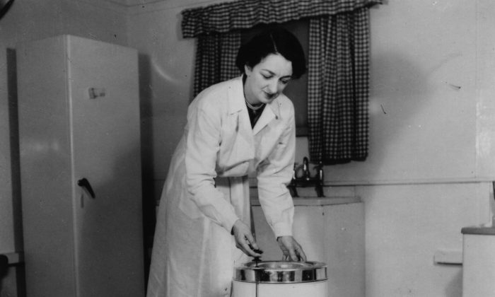 A housewife uses her new spin dryer in 1955 - around the time that Sydney and Rachel Saunders also purchased their appliances. (Hulton Archive/Getty Images)