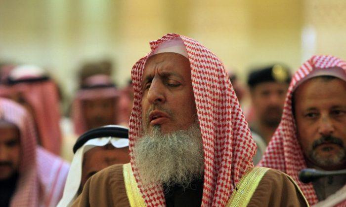 Saudi's Grand Mufti Sheikh Abdul Aziz al-Sheikh (C) leads prayer at a funeral on Feb. 6, 2008, in Riyadh, Saudi Arabia. (HASSAN AMMAR/AFP/Getty Images)