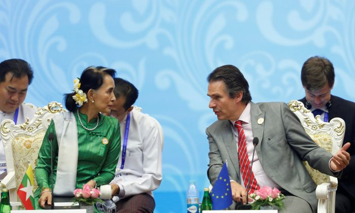 Burma State Counselor Aung San Suu Kyi (L) talks with Gunnar Wiegand (R), Managing Director for Asia and the Pacific at the European External Action Service, during the 13th Asia Europe Foreign Ministers Meeting (ASEM) in Naypyitaw, Burma, Nov. 21, 2017. (REUTERS/Stringer)