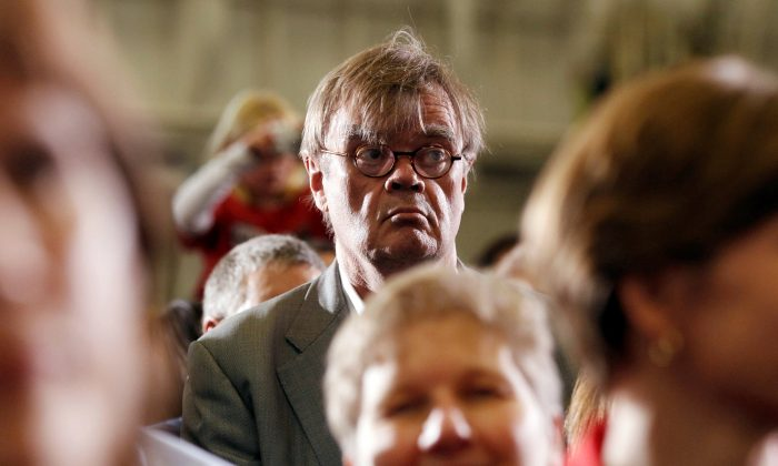 Author and radio personality Garrison Keillor listens to U.S. President Barack Obama speak at a campaign rally in Minneapolis, Minnesota, on Oct. 23, 2010. (REUTERS/Kevin Lamarque/File Photo)