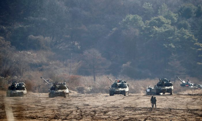 The South Korean army's K-55 self-propelled artillery vehicles take part in a military exercise near the demilitarised zone separating the two Koreas in Paju, South Korea, Nov. 29, 2017.  (Reuters/Kim Hong-Ji)