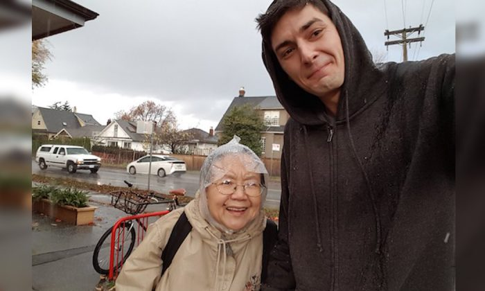 Elderly lady was walking to hospital in the pouring rain—but then someone noticed her struggling