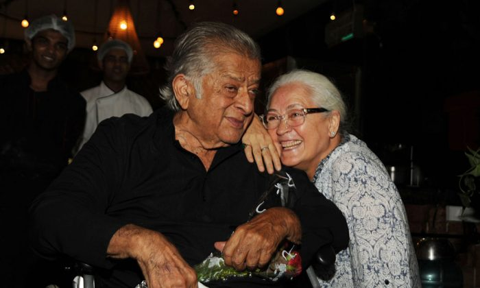 Legendary actor and producer Shashi Kapoor pictured as he celebrated his 78th birthday in Mumbai on Mar. 18, 2016, with Bollywood actress Nafisa Ali. Kapoor has died aged 79.  (STR/AFP/Getty Images)