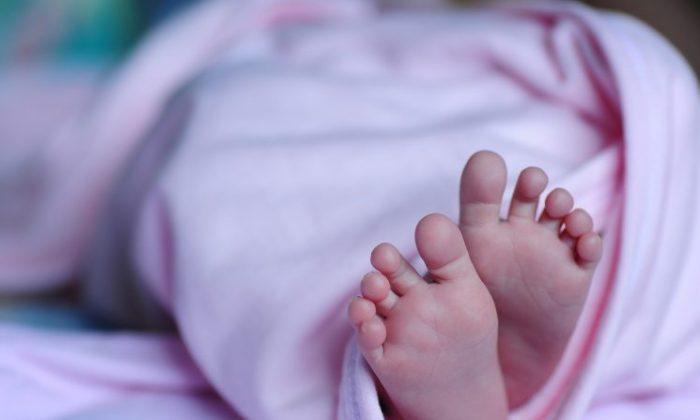 CC0 Creative Commons. (https://pixabay.com/en/baby-foot-blanket-newborn-child-1178539/)