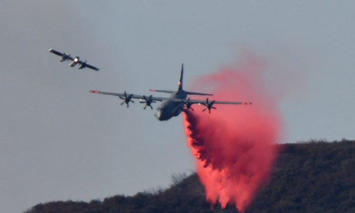 A U.S. military aircraft drops fire retardant on the Thomas Fire, a wildfire in Fillmore, California, U.S., December 8, 2017. (Reuters/Gene Blevins)