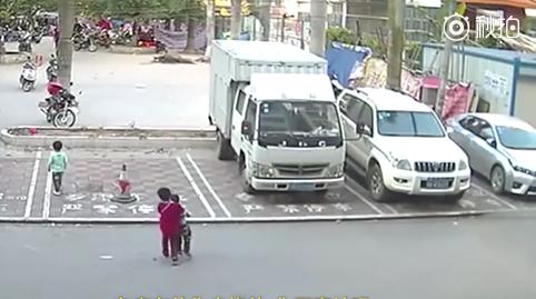 Chen Jiuyi helps an injured boy off the street after a hit and run in Guangxi Province on Dec. 2, 2017. (Screenshot via Miaopai)