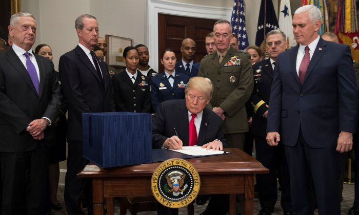 Trump Signs $700Bln National Defense Authorization Act for 2018