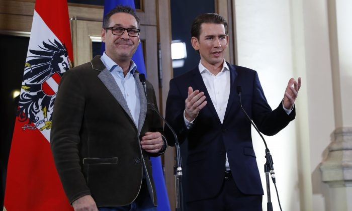 Head of the Freedom Party (FPOe) Heinz-Christian Strache (L) and head of the People's Party (OeVP) Sebastian Kurz address a news conference in Vienna, Austria, Dec. 15, 2017. (Reuters/Leonhard Foeger)