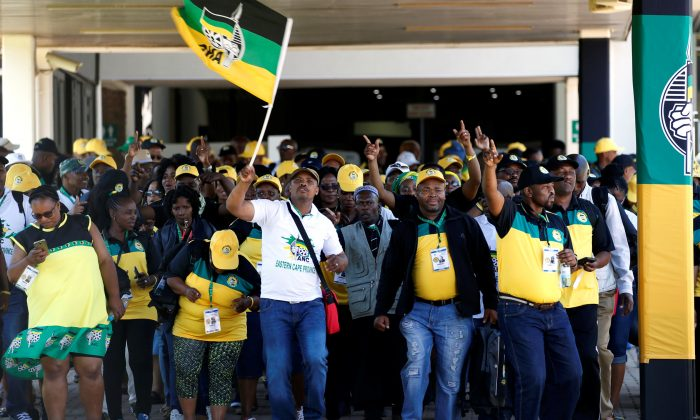 Delegates chant slogans as they arrive for the 54th National Conference of the ruling African National Congress (ANC) at the Nasrec Expo Centre in Johannesburg, South Africa Dec. 16, 2017. (Reuters/Siphiwe Sibeko)
