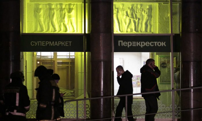 People gather outside a supermarket after an explosion in St Petersburg, Russia on Dec. 27, 2017. (REUTERS/Anton Vaganov)